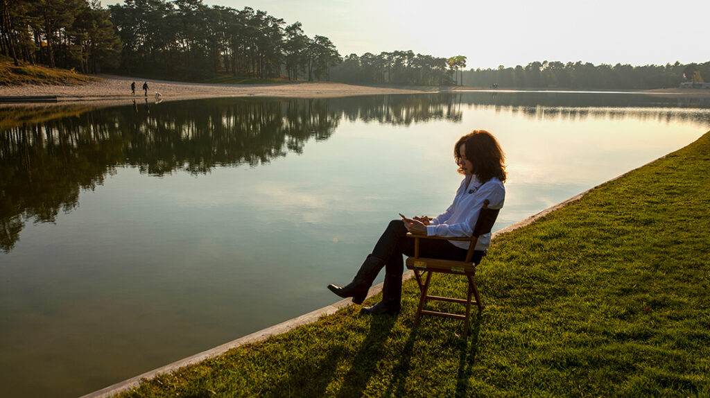 Foto van Caroline van Dijk op stoel aan waterkant