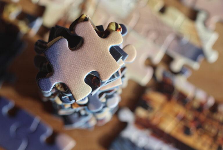 Stapel van puzzelstukjes