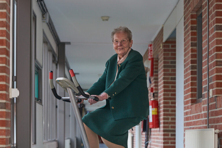Oudere dame op home trainer